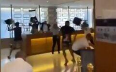 Les clients d'un hôtel se battent avec les employés à l'hôtel Herbert Samuel de Jérusalem, le 31 juillet 2021. (Capture d'écran)