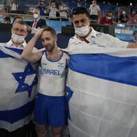 Artem Dolgopyat, d'Israël, célèbre après avoir remporté la médaille d'or à l'exercice au sol lors de la finale par appareil de la gymnastique artistique masculine aux Jeux olympiques d'été de 2020, dimanche 1er août 2021, à Tokyo. (AP Photo/Natacha Pisarenko)