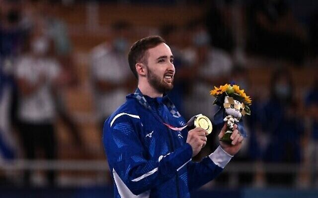 L'Israélien Artem Dolgopyat, médaillé d'or, célèbre sur le podium de l'épreuve de la finale de l'exercice au sol masculin de gymnastique artistique lors des Jeux olympiques de Tokyo 2020 au centre de gymnastique Ariake à Tokyo, le 1er août 2021. (Photo par Lionel BONAVENTURE / AFP)