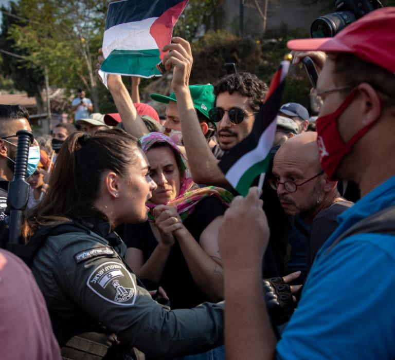 Des manifestants dans le quartier de Sheikh-Jarrah, à Jérusalem-Est, le 30 juillet 2021. (Crédit : Olivier Fitoussi/Flash90:)