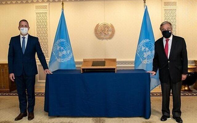 L'ambassadeur israélien aux Nations unies Gilad Erdan, à gauche, et le secrétaire-général de l'ONU Antonio Guterres, le 12 novembre 2020. (Crédit : UN Photo/Mark Garten)