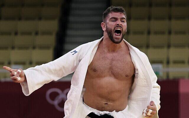 L'Israélien Peter Paltchik célèbre sa victoire sur le Russe Tamerlan Bashaev dans le combat B pour la médaille de bronze de l'équipe mixte de judo lors des Jeux olympiques de Tokyo 2020 au Nippon Budokan à Tokyo, le 31 juillet 2021. (Jack Guez/ AFP)