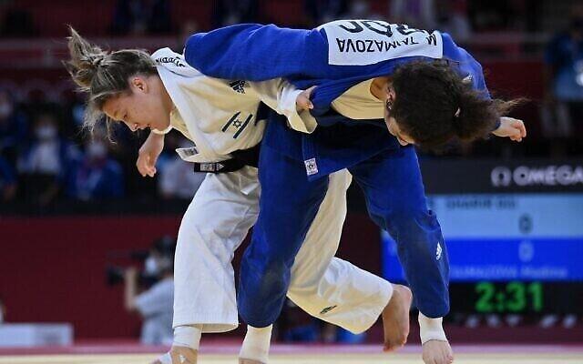La Russe Madina Taimazova (bleu) et l'Israélienne Gili Sharir participent au combat B pour la médaille de bronze de l'équipe mixte de judo lors des Jeux olympiques de Tokyo 2020 au Nippon Budokan à Tokyo, le 31 juillet 2021. (Photo par Franck FIFE / AFP)