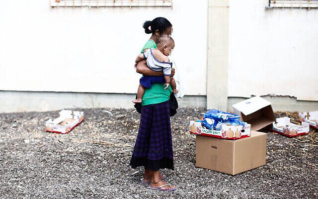 Une Israélienne devant un centre de distribution pour les personnes dans le besoin à Lod, le 11 septembre 2012. Yonatan Sindel/Flash90)