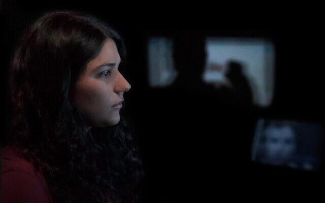 """Maia Levy regarde des images du conflit israélo-palestinien dans le documentaire """"The Viewing Booth"""". (Avec l'aimable autorisation d'Atzmor Productions/ via JTA)"""