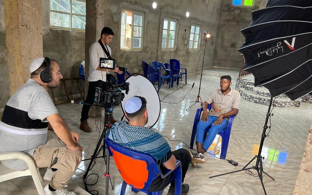Les cinéastes israéliens Rudy Rochman (assis) et Noam Liebman (debout) interrogent un jeune juif Igbo (autorisation)