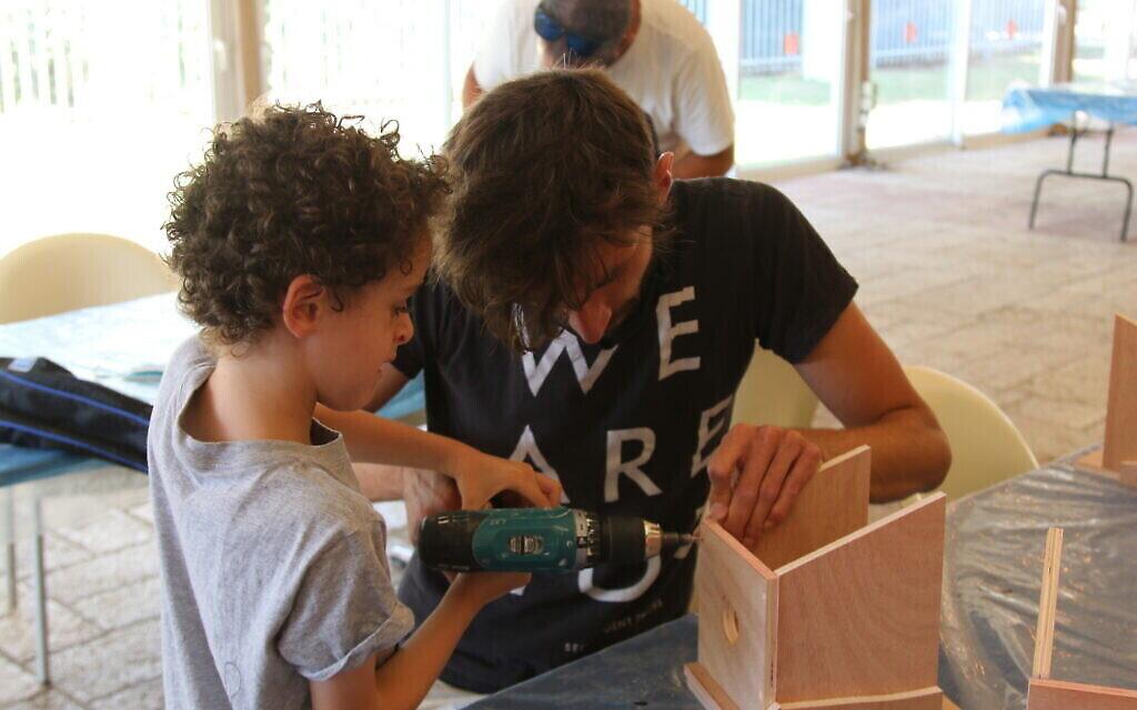 """Les enfants peuvent participer à une variété de projets interactifs à l'exposition """"Early Birds"""" du Musée des Terres de la Bible. (Shmuel Bar-Am)"""