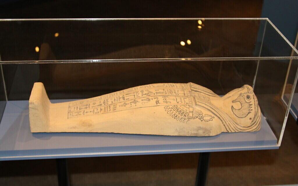 """Cet ancien sarcophage égyptien pour une momie de maïs avec une tête de faucon est exposé à l'exposition """"Early Birds"""" du Bible Lands Museum. (Shmuel Bar-Am)"""