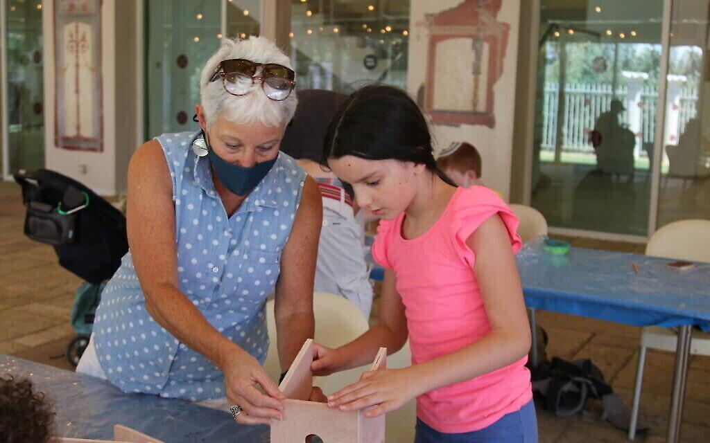 """Les enfants peuvent participer à une variété de projets interactifs à l'exposition """"Early Birds"""" du Bible Lands Museum. (Shmuel Bar-Am)"""