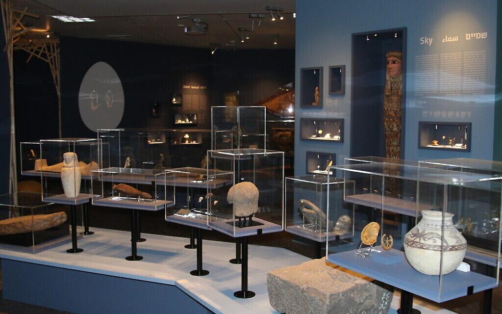 """La section """"ciel"""" de l'exposition """"Early Birds"""" du Musée des Terres de la Bible. (Shmuel Bar-Am)   Poids antique d'Iran à l'exposition """"Early Birds"""" du Musée des Terres de la Bible. (Shmuel Bar-Am)"""