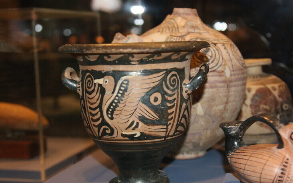 "Un krater iranien à l'exposition ""Early Birds"" du Bible Lands Museum. (Shmuel Bar-Am)"