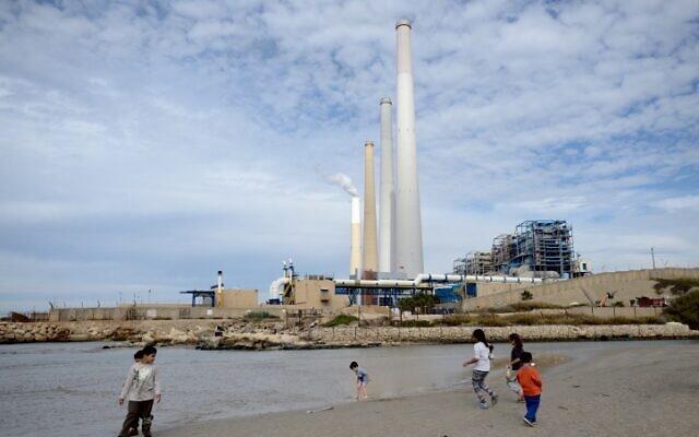 La centrale électrique Orot Rabin depuis le parc Nahal Hadera à Hadera, en Israël, le 25 novembre 2017. (Crédit :  Gili Yaari/Flash90)