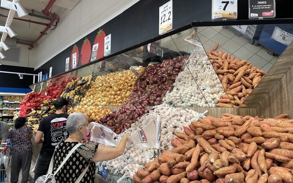 Des Israéliens achètent des légumes dans un magasin Osher Ad à Jérusalem, le 12 août 2021. (Crédit :  Sue Surkes/Times of Israel)