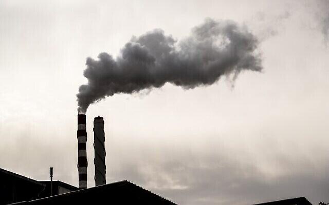Les villages bédouins non reconnus autour de la zone industrielle de Ramat Hovav, dans le sud d'Israël, souffrent d'un niveau élevé de pollution de l'air provenant des étangs d'évaporation chéniques à proximité et d'une centrale électrique d'Israël Electric Corporation. Le 28 décembre 2017. (Yaniv Nadav/FLASH90)