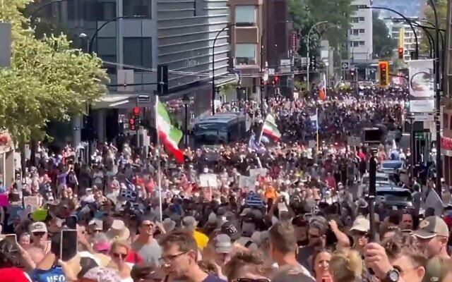 Des milliers de personnes protestent contre les passeports vaccinaux à Montréal, Canada, le 15 août 2021. (Capture d'écran : Twitter)