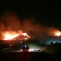 Des incendies  sur la crête de Ramim près de Kiryat Shmona, à la frontière israélo-libanaise, en fin de journée le 4 août 2021. (capture d'écran : Twitter)