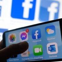 Cette photo d'archive montre le logo de l'application Facebook sur un smartphone à Los Angeles, le 1er mars 2021. (Chris Delmas/AFP)