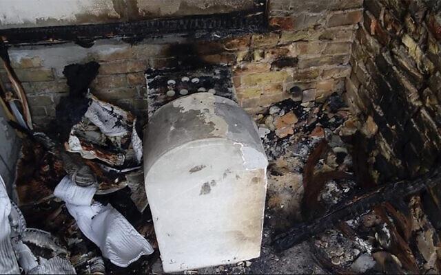 Photo d'illustration : La tombe d'une fille de Rabbi Nachman de la secte de Bratslav après avoir été incendiée à Kremenchuk, en Ukraine, en 2015. (Crédit : Oholei Tzadikim via JTA)
