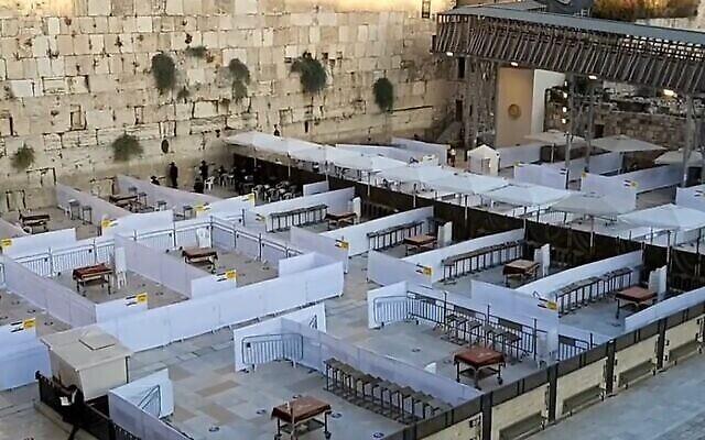 Préparatifs au Kotel de Jérusalem pour la reprise des prières collectives, le 15 octobre 2020 (Western Wall Heritage Foundation)
