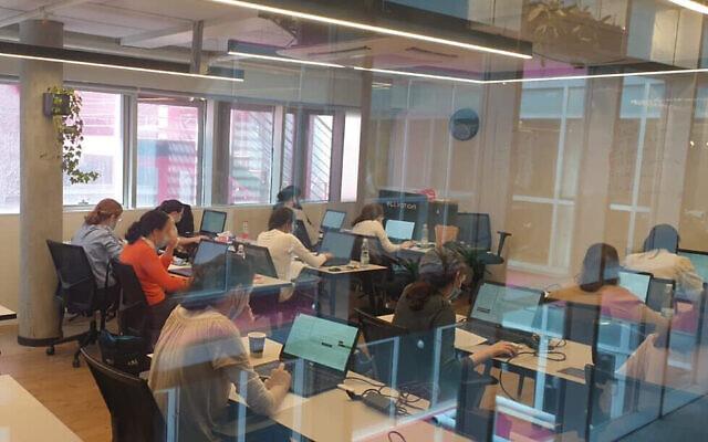 Des jeunes femmes ultra-orthodoxes faisant partie du programme Adva qui vise à leur donner des compétences pour le secteur de la haute technologie. (Autorisation)