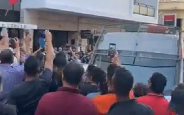 La foule se rassemble sur la scène du meurtre d'un Israélien poignardé dans la ville marocaine de Tanger, le 25 août 2021. (Capture d'écran/Facebook)