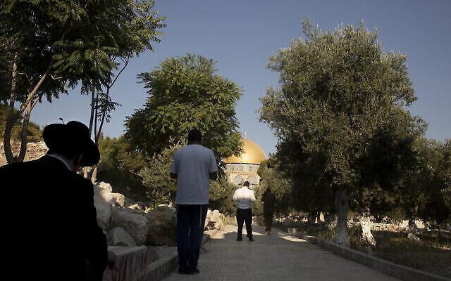 Des juifs religieux sur le mont du Temple dans la vieille ville de Jérusalem, le 2 août 2021. (AP Photo/Maya Alleruzzo)