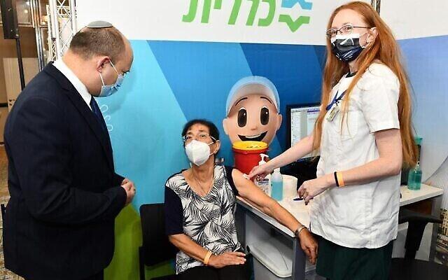 Le Premier ministre Naftali Bennett (à gauche) à l'ouverture d'un centre de vaccination à Jérusalem, le 4 août 2021 (Haim Zach / GPO).