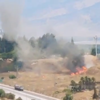 Un incendie déclenché par une roquette qui a atterri dans un champ à proximité de Kiryat Shmona, dans le nord du pays, le 4 août 2021. (Capture d'écran)