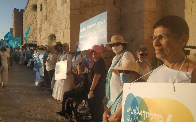 Des femmes israéliennes et palestiniennes défilent à Jérusalem pour réclamer la paix, le 22 septembre 2021 (Crédit: Women Wage Peace)