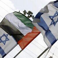 Les drapeaux israélien et émirati flottent au dessus de la ville côtière de Netanya, le 16 avril 2020. (Crédit : Jack Guez/AFP)