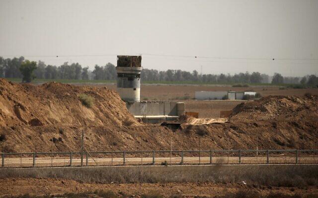 Un poste d'observation à la frontière entre Israël et Gaza, à l'est de Khan Younès, au mois d'octobre 2020. (Crédit :  MAHMUD HAMS / AFP)