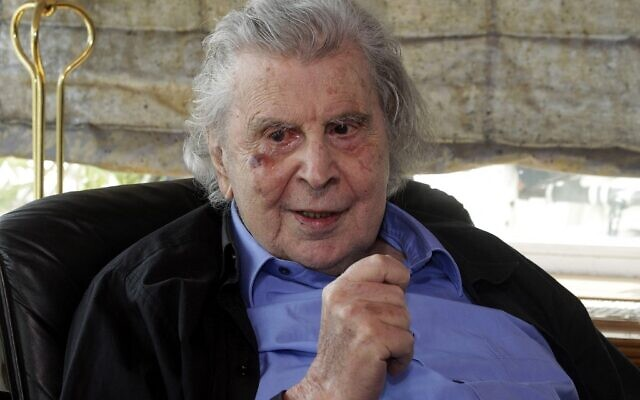 Dans cette photo d'archives prise le 24 février 2015, le compositeur grec et ancien homme politique, Mikis Theodorakis rencontre le Premier ministre grec au domicile du compositeur à Athènes. (Crédit : ORESTIS PANAGIOTOU / PISCINE / AFP)