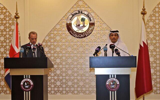 Le ministre britannique des Affaires étrangères Dominic Raab (à gauche) et son homologue qatari, le cheikh Mohammed bin Abdulrahman al-Thani, donnent une conférence de presse conjointe dans la capitale Doha, le 2 septembre 2021.(Crédit : KARIM JAAFAR / AFP)