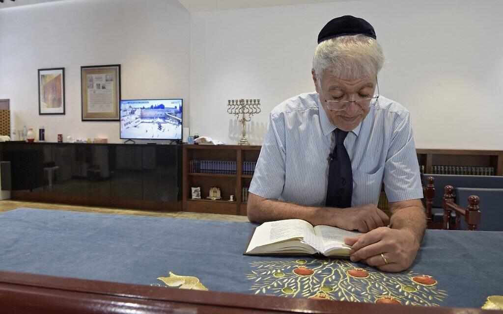 Ebrahim Nonoo, chef de la communauté juive de Bahreïn, prie pendant le sabbat à la synagogue House of Ten Commandments, à Manama, la capitale de Bahreïn, le 4 septembre 2021. (Crédit : Mazen Mahdi / AFP)