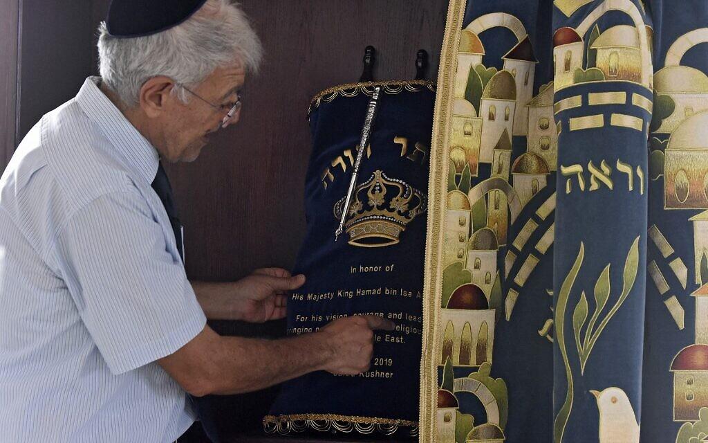 Ebrahim Nonoo, chef de la communauté juive de Bahreïn, montre des Rouleaux de la Torah à la synagogue House of Ten Commandments, à Manama, la capitale de Bahreïn, le 4 septembre 2021. (Crédit : Mazen Mahdi / AFP)