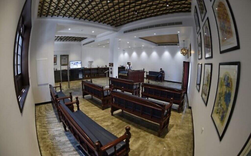 Une vue générale montre l'intérieur de la synagogue House of Ten Commandments, à Manama, la capitale de Bahreïn, le 4 septembre 2021. (Crédit : Mazen Mahdi / AFP)