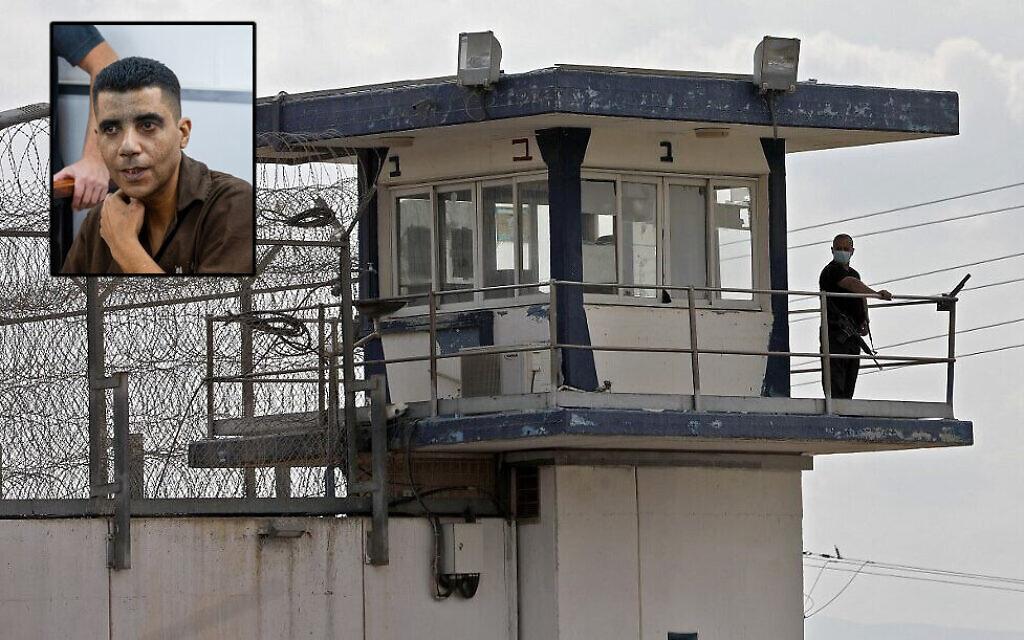 Un gardien dans la tour d'observation de la prison Gilboa, dans le nord d'Israël, après l'évasion de six terroristes palestiniens, le 6 septembre 2021. (Crédit :  Jalaa Marey/AFP) Le chef terroriste Zakaria Zubeidi. (Crédit : Yonatan Sindel/Flash90)