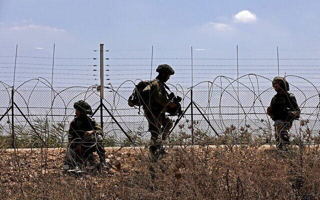 Les forces israéliennes patrouillent le long de la clôture de sécurité dans le village de Muqeibila, près de Jénine, dans le nord de la Cisjordanie, suite à l'évasion de six terroristes palestiniens d'une prison israélienne, le 6 septembre 2021. (Crédit :  Jalaa Marey/AFP)
