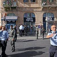 Des agents de police israéliens sur le site d'une attaque au couteau à Jérusalem, le 13 septembre 2021. (Crédit : AHMAD GHARABLI / AFP)