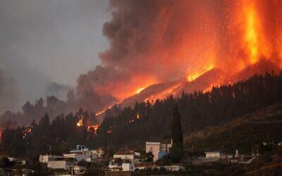 Une colonne de fumée, de cendres et de lave s'élève du Mont Cumbre Vieja sur l'île de La Palma, aux Canaries, le 19 septembre 2021. (Crédit :  DESIREE MARTIN / AFP)