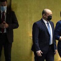 Le Premier ministre israélien Naftali Bennett, au centre, est escorté à la tribune avant de prendre la parole lors de la 76è Assemblée générale des Nations unies à New York, le 27 septembre 2021. (Crédit : John Minchillo / POOL / AFP)