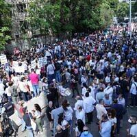 Des militants et des proches de victimes de l'explosion du port de Beyrouth manifestent le 29 septembre 2021 devant le palais de justice de la capitale libanaise pour protester contre la suspension de l'enquête sur l'explosion du port du 4 août 2020. (Crédit : Anwar AMRO / AFP)