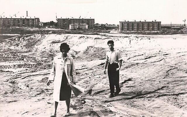 Les premiers efforts pour localiser et identifier les restes à Babi Yar en 1966. (Crédit : Joseph Schneider via la Bibliothèque nationale d'Israël)