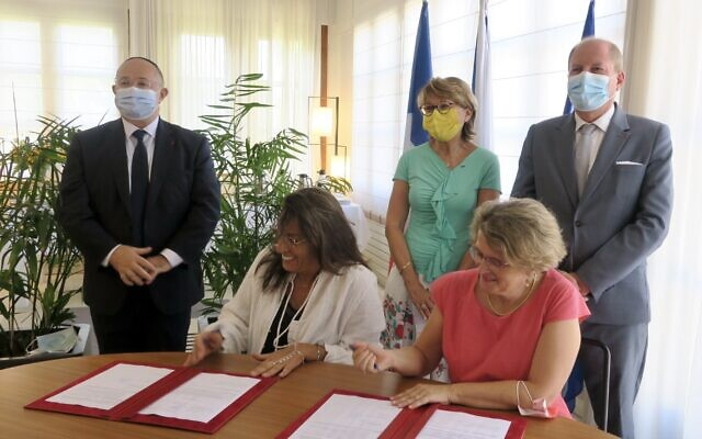 Signature de la nouvelle convention entre le Consulat général de France à Tel Aviv et le FSJUI pour la lutte contre les violences conjugales, le 2 septembre à la Résidence de France, à Tel Aviv. (Crédit: Ambassade de France en Israël)