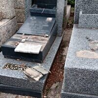 Certaines des tombes vandalisées au cimetière juif Tablada, à côté de Buenos Aires. (Autorisation : AMIA via JTA)
