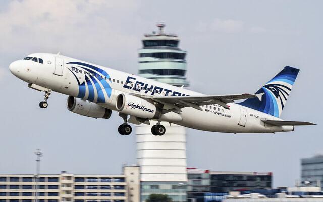 Un Airbus A320 d'EgyptAir décolle de l'aéroport international de Vienne, le 21 août 2015. (Crédit : AP Photo/Thomas Ranner)