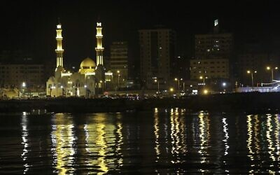 Une vue de la mosquée Al-Hassayna de Gaza City, la nuit, le 22 juin 2017.  (Crédit : AP Photo/Adel Hana)