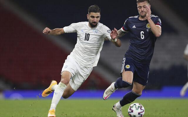 Munas Dabour, à gauche, et l'écossais Liam Cooper pendant un match de barrage de l'Euro 2020 entre l'Écosse et Israël au stade  Hampden stadium de Glasgow, en Écosse, le 8 octobre 2020. (Crédit : AP Photo/Scott Heppell)