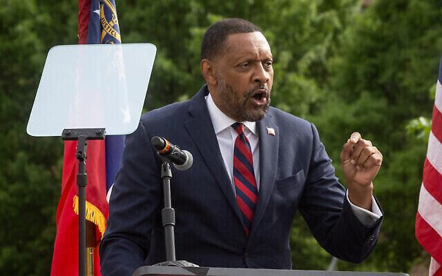 Vernon Jones annonce son intention de se présenter aux élections de gouverneur de Géorgie en tant que républicain à Atlanta, le vendredi 16 avril 2021. Jones, un ancien démocrate, cherche à surfer sur une vague de mécontentement des partisans de Trump contre le gouverneur Brian Kemp, actuel nominé du parti républicain. (Photo AP / Ron Harris)