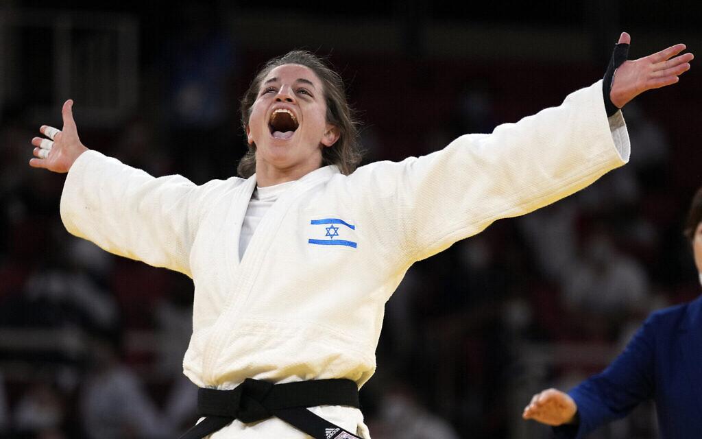 L'Israélienne Timna Nelson Levy après sa  victoire décisive lors d'un combat contre la Russie pendant les Jeux olympiques de Tokyo 2020, une victoire grâce à laquelle elle rapporte une médaille de Bronze à son équipe dans l'épreuve mixte de judo, le 31 juillet 2021. (Crédit : Franck Fife/AFP)